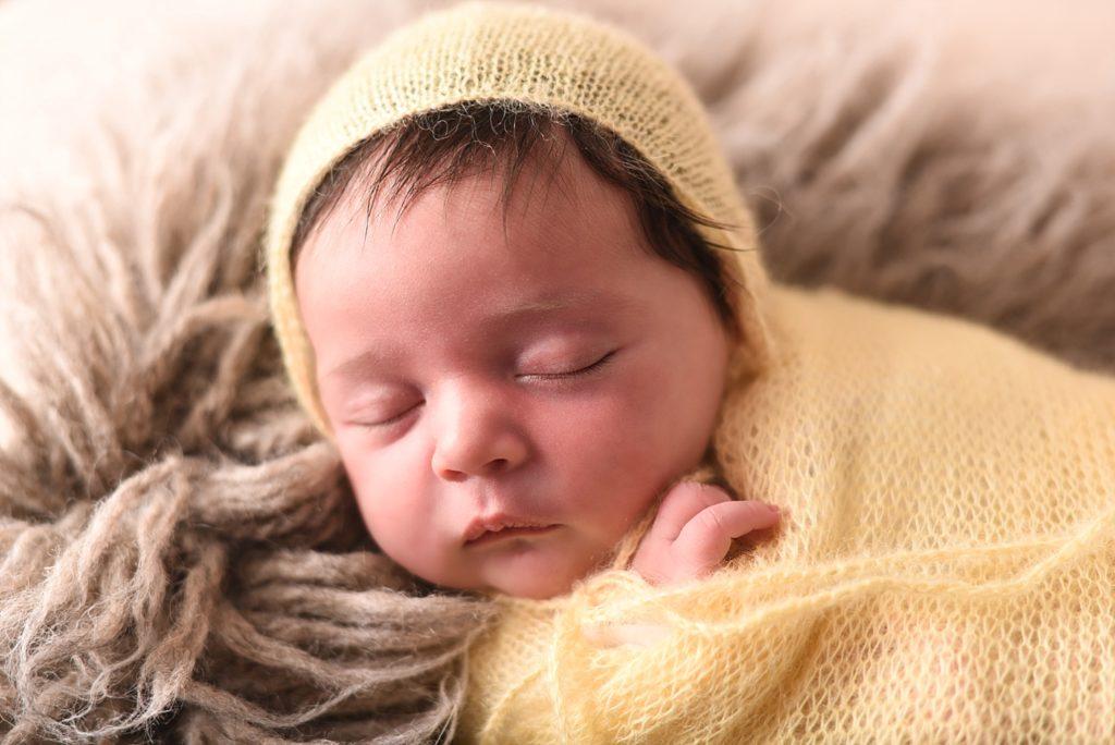 photo nouveau-né avec tons jaune et beige