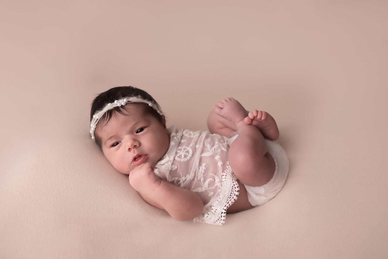 photo bébé fille avec jolie tenue
