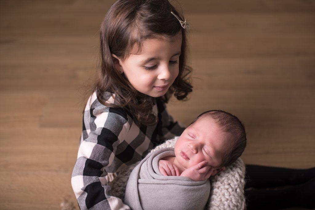 photo nouveau-né avec soeur